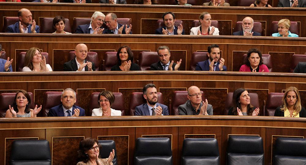 Los parlamentarios españoles aplauden tras la aprobación de exhumación de Francisco Franco