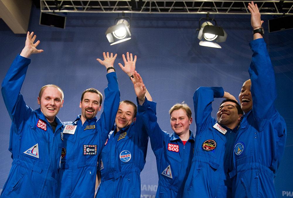 El comandante de la tripulación del proyecto internacional Mars-500, Alekséi Sítev, el ingeniero de vuelo Roman Charles, el doctor Sujrob Kamólov, los investigadores Alexandr Smoleyevski, Diego Urbina y Wang Yue (de izquierda a derecha)