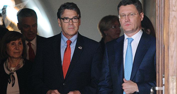 El secretario de  Energía de EEUU, Rick Perry, y el ministro de Energía ruso, Alexandr Nóvak