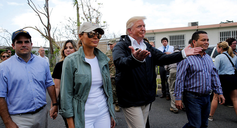 El presidente de EEUU, Donald Trump, con su esposa Melania en Puerto Rico tras el huracán María (archivo)