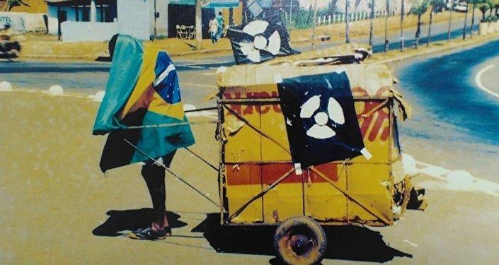 Un hombre durante la operación de limpieza tras el incidente radioactivo en Goiania, Brasil