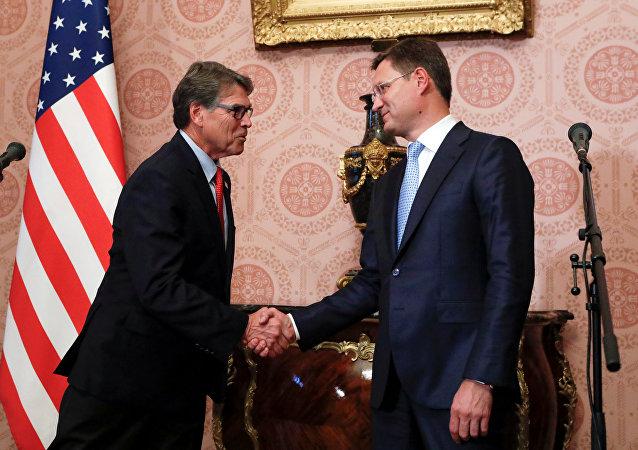 El secretario de Energía estadounidense, Rick Perry, y el ministro de Energía ruso, Aleksandr Novak