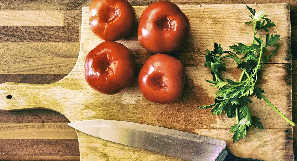 Tomates y perejil en una tabla de cortar