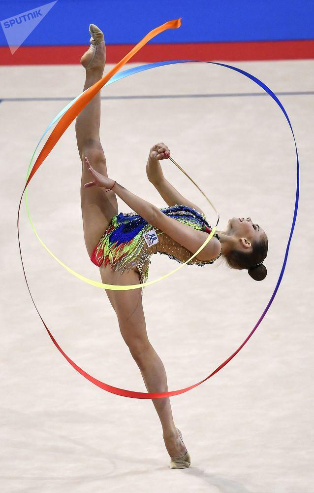 La bielorrusa Anastasia Salos ejecuta un movimiento con cinta durante la final del programa individual del Campeonato Mundial de gimnasia rítmica de Sofía (Bulgaria).