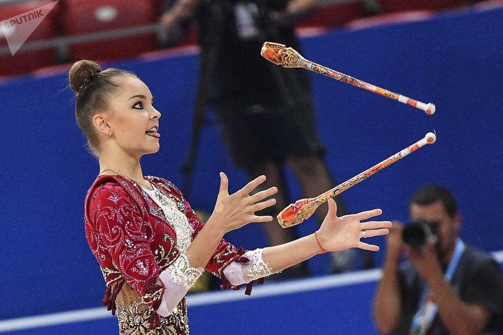 Arina Averina (Rusia) ejecuta un ejercicio de mazas durante la clasificación del programa individual del campeonato.