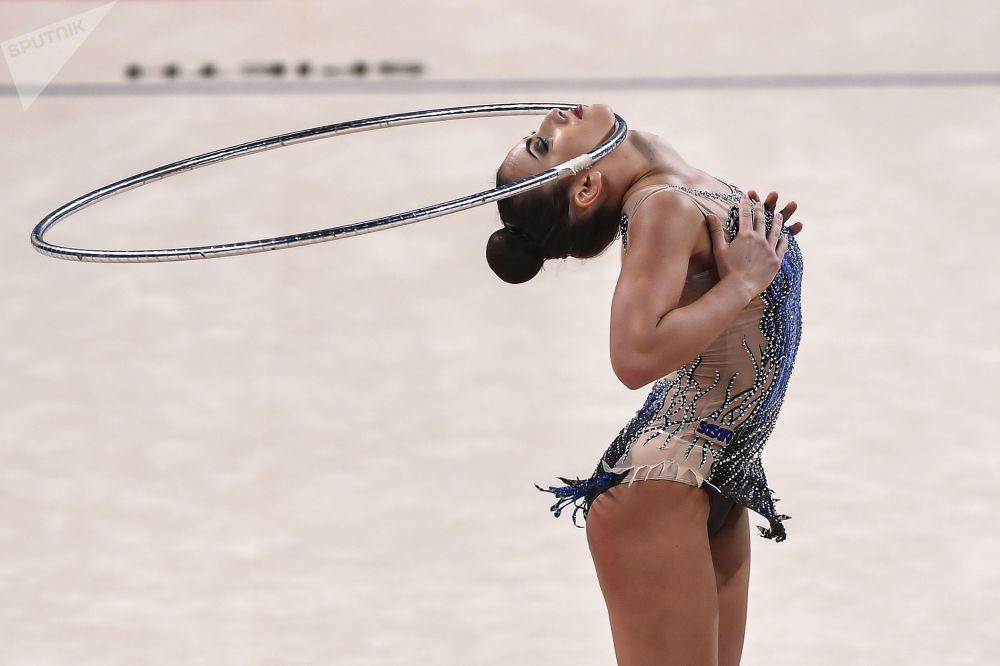 Katrin Taseva (Bulgaria) ejecuta un movimiento con aro durante el programa individual del Campeonato Mundial de gimnasia rítmica 2018 de Sofía (Bulgaria).