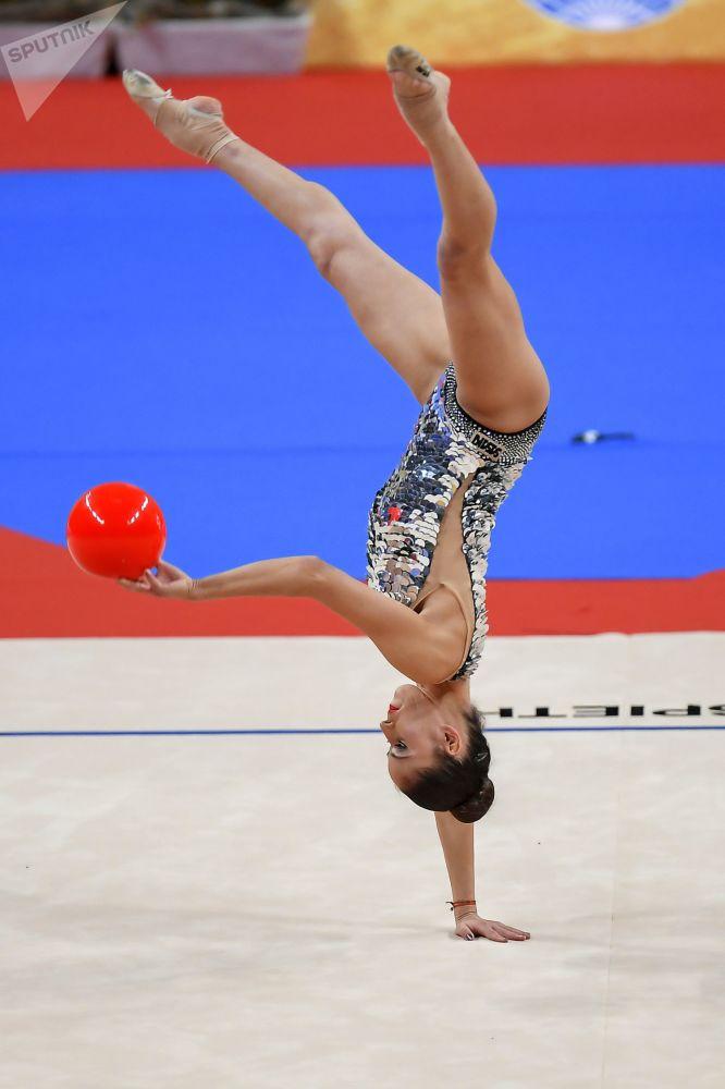 Neviana Vladinova (Bulgaria) lleva a cabo un ejercicio con pelota durante la final del programa individual del campeonato.