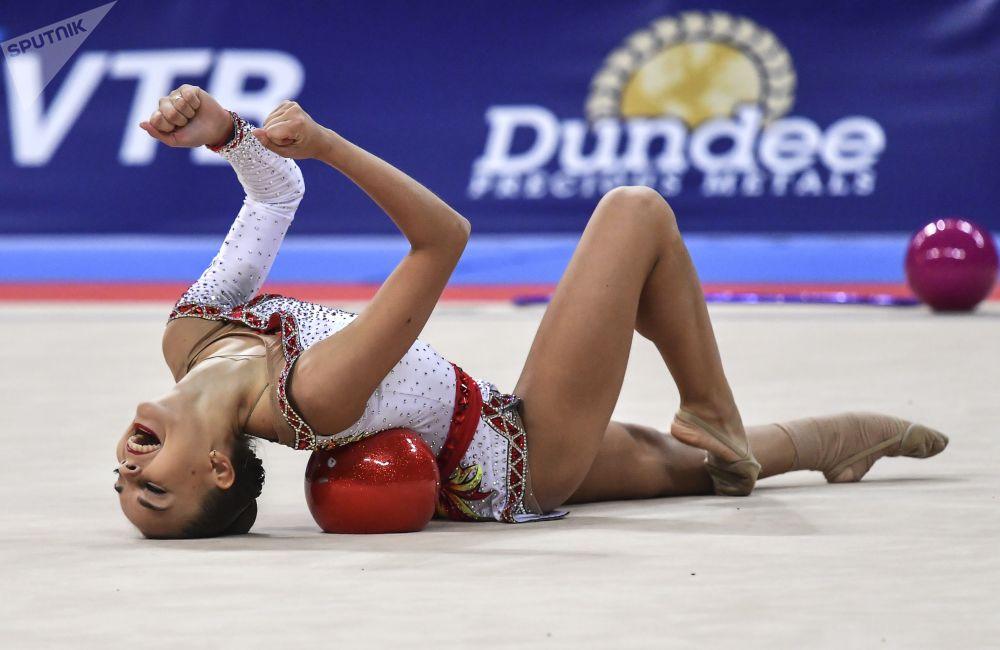 Dina Averina (Rusia) durante la final del campeonato.