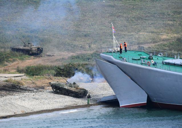 Los miembros de la tripulación del buque Osliablia se preparan para desembarcar en el cabo Klerk durante los ejercicios Vostok 2018.