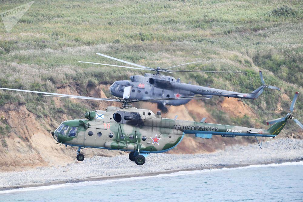 Un helicóptero ruso Mi-8 preparándose para un desembarco en el cabo Klerk.