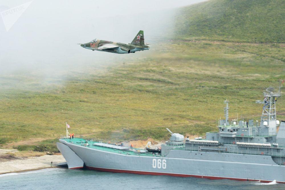 El buque de desembarco ruso Osliablia durante una maniobra en el cabo Klerk, en el extremo oeste de Rusia, durante las maniobras militares Vostok 2018.