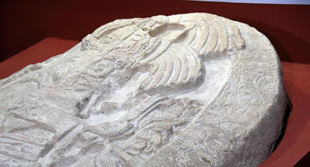 Altar esculpido encontrado en La Corona, Guatemala