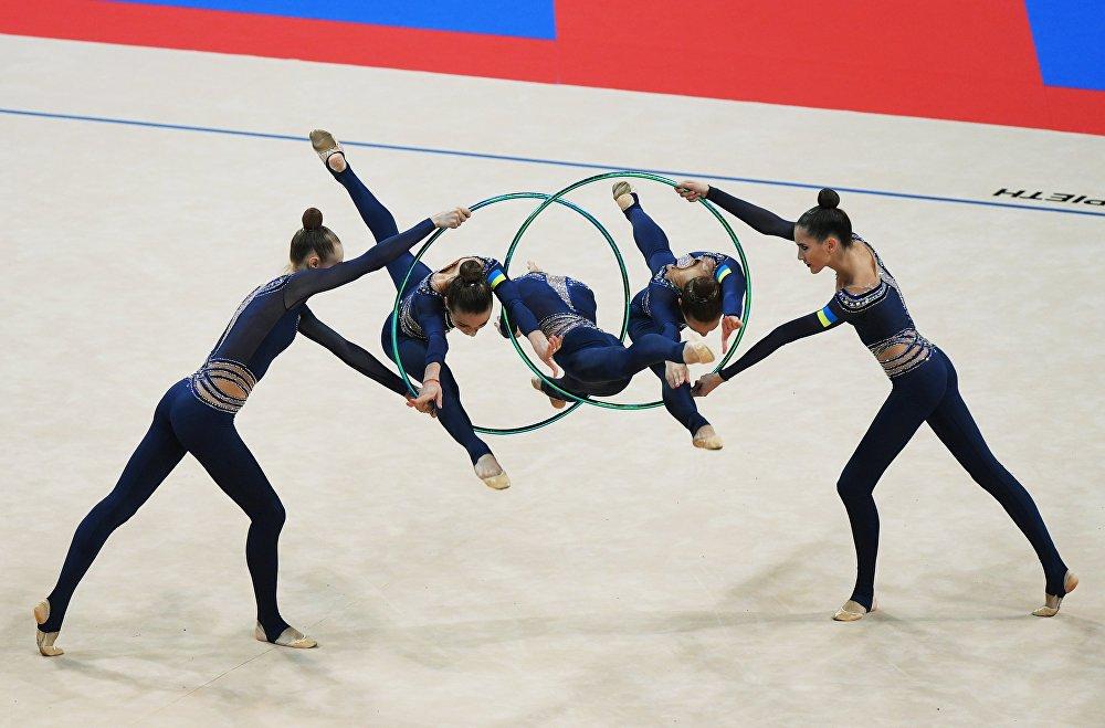 El equipo de Ucrania ejecuta un ejercicio de cinco aros durante la fase de grupos del Campeonato Mundial de gimnasia rítmica de Sofía.