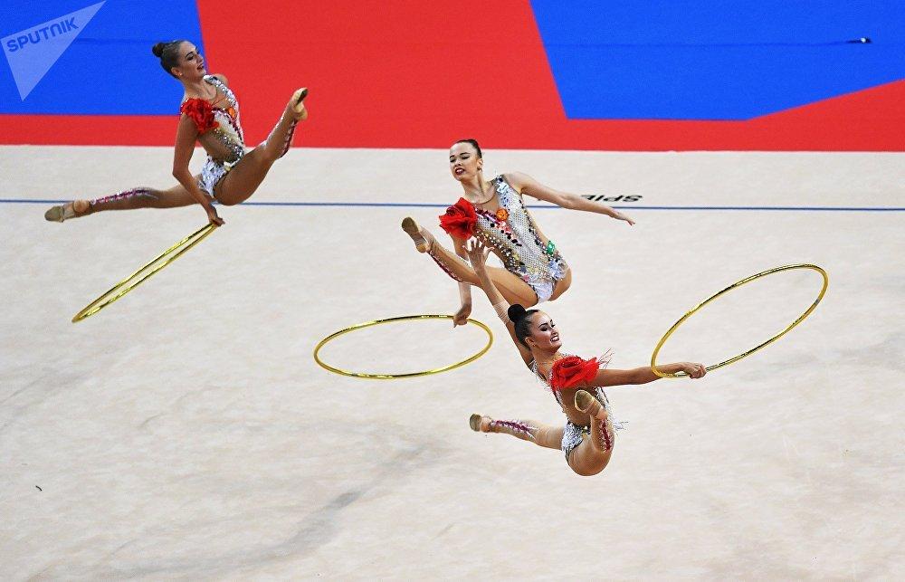 El equipo de Rusia ejecuta un ejercicio de cinco aros durante la fase de grupos del Campeonato Mundial de gimnasia rítmica de Sofía.
