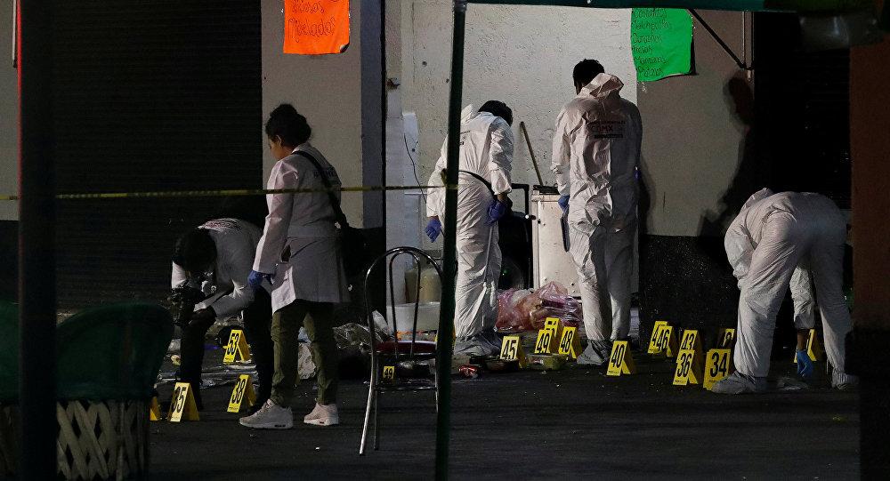 Técnicos forenses trabajan en la escena del crimen en Plaza Garibaldi en la Ciudad de México
