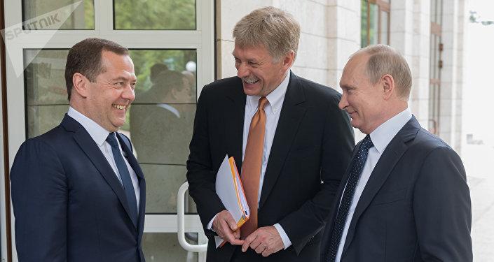 El portavoz del Kremlin, Dmitri Peskov, y el presidente de Rusia, Vladimir Putin