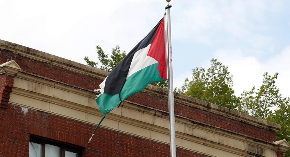 La bandera de Palestina en la sede de la representación de la OLP en Washington, EEUU