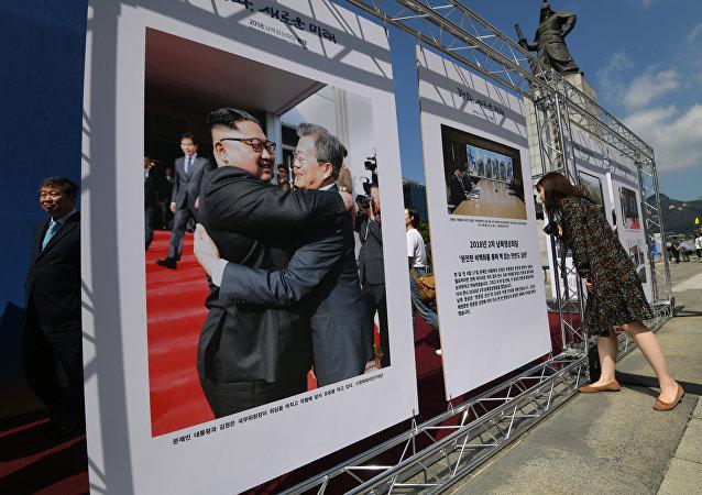 Cartel con líderes de ambas Coreas
