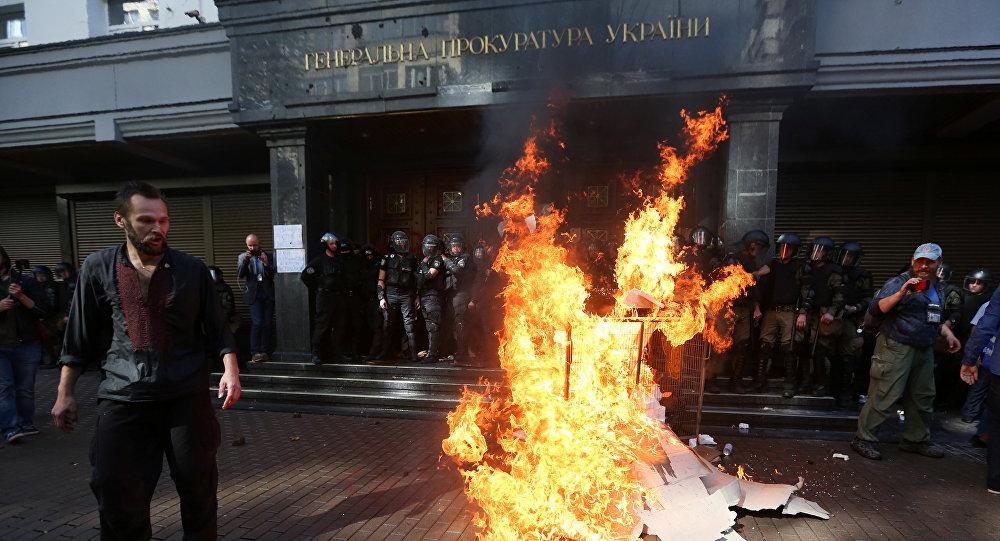 Las manifestaciones en la puerta del edificio de la Fiscalía General ucraniana, Kiev
