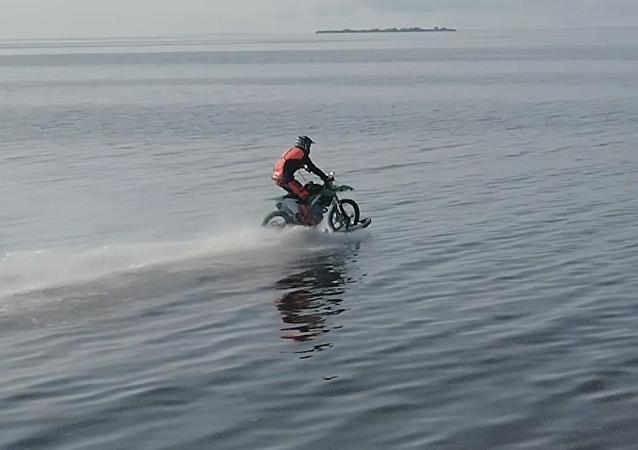 Un ruso logra navegar por el golfo de Finlandia en motocicleta