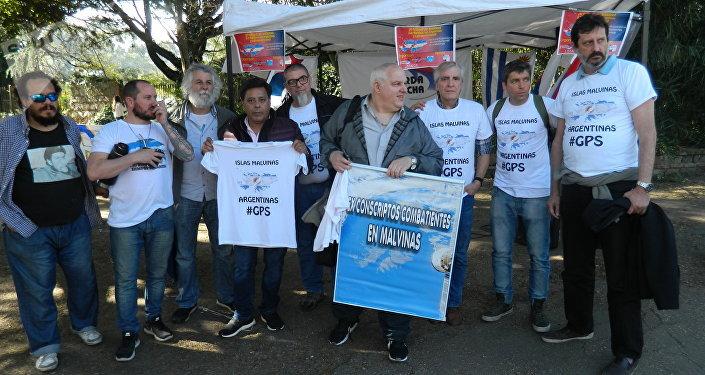 Excombatientes de Malvinas protestan contra puesto de las 'Falklands' en La Rural del Prado, Uruguay