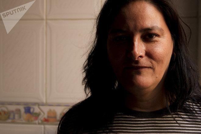 Patricia Calderón prepara y vende chiles en nogada en su casa.