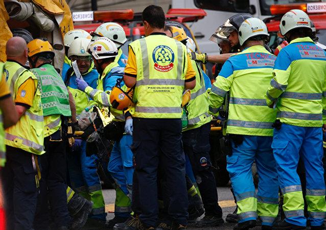Los trabajadores de emergencias evacuan a víctimas tras derrumbe en el hotel Ritz de Madrid, España