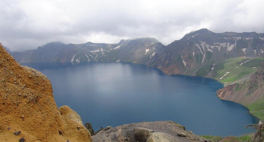 Lago del Cielo en el cráter del volcán Paektu, en la frontera entre Corea del Norte y China