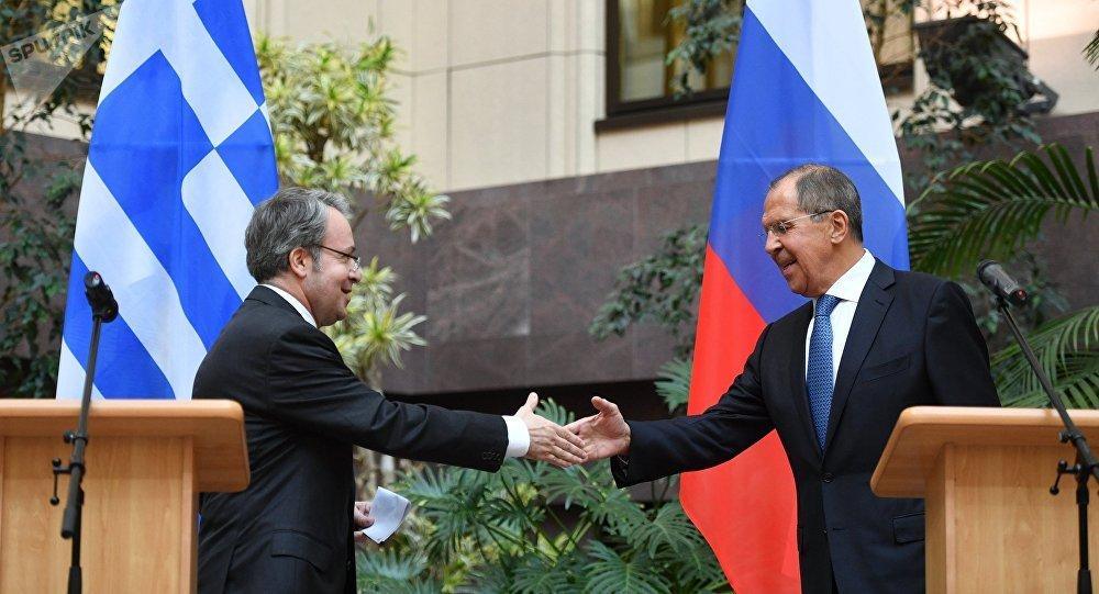 El embajador griego en Moscú, Andreas Fryganas y el canciller ruso Serguéi Lavrov