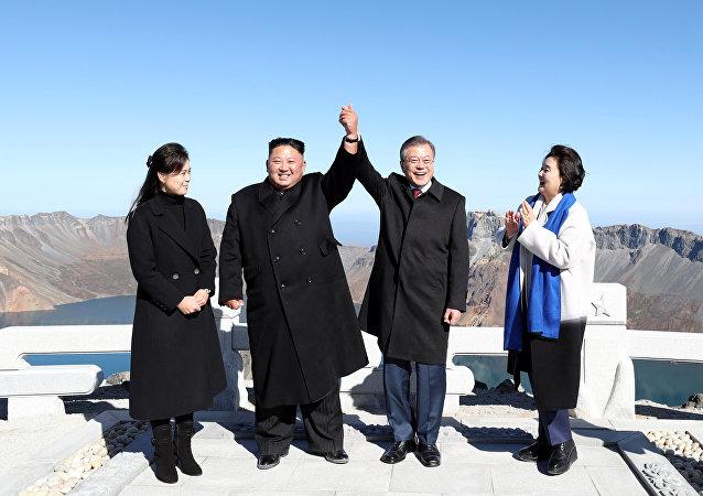 Líder de Corea del Norte, Kim Jong-un, y presidente de Corea del Sur, Moon Jae-in, con sus esposas en el monte Paektu