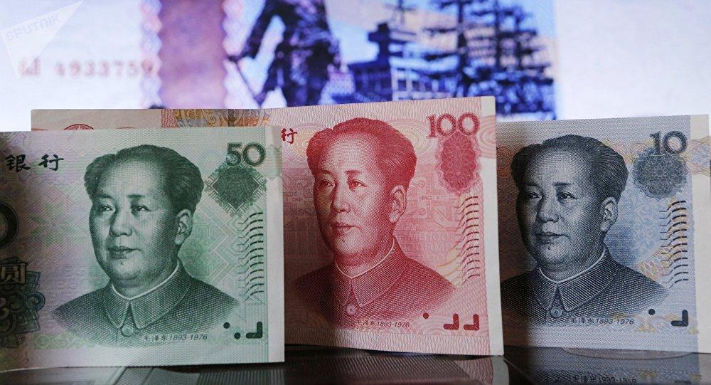Billetes de yuanes y rublos (imagen referencial)
