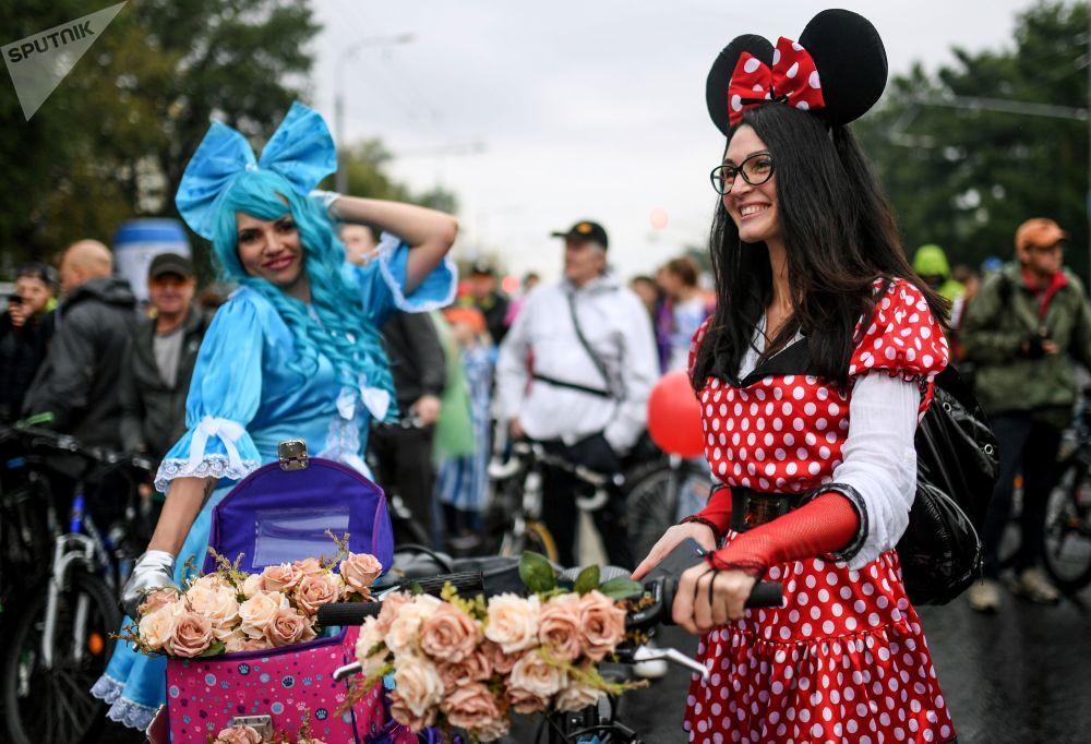 Las participantes en el desfile otoñal de bicicletas en Moscú.