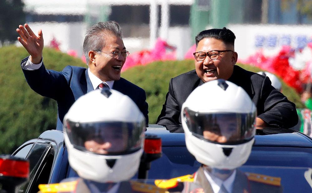 El presidente de Corea del Sur, Moon Jae-in, y el líder supremo de Corea del Norte, Kim Jong-un, durante un desfile en Pyongyang.