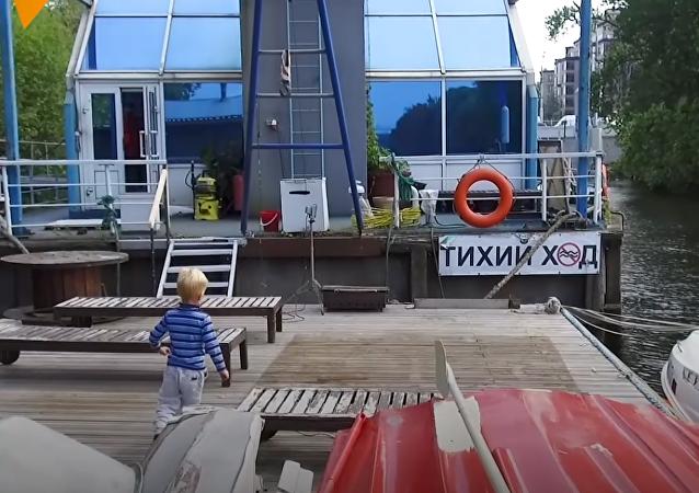 Conoce al ruso que construyó una casa flotante