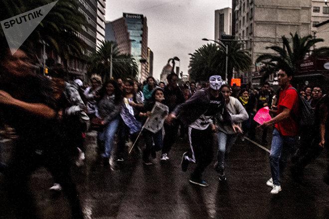 Estudiantes de la UNAM corren durante la Marcha del Silencio 2018 en la Ciudad de México