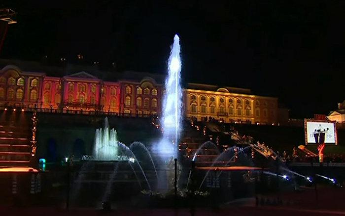 Un fascinante espectáculo marca el cierre estacional de las fuentes de Peterhof