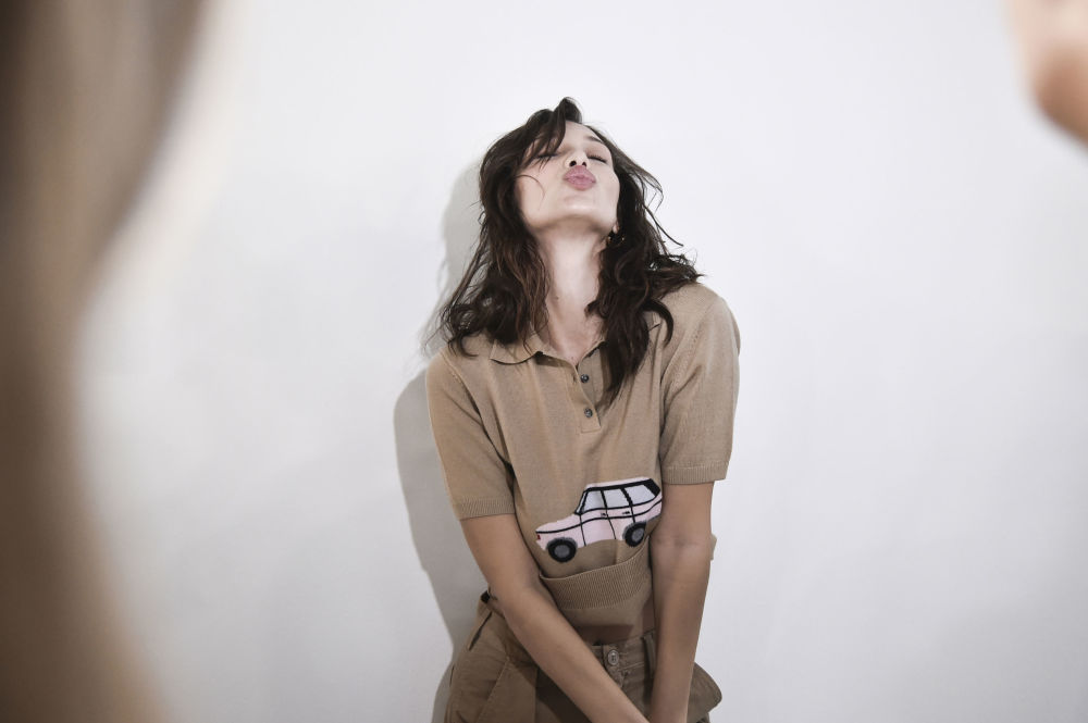 Lo normal es que sea Milán quien confirme las tendencias que en su día intentaron poner de moda Nueva York y Londres.  En la foto, la supermodelo Bella Hadid durante el espectáculo de moda Philosophy di Lorenzo Serafini.