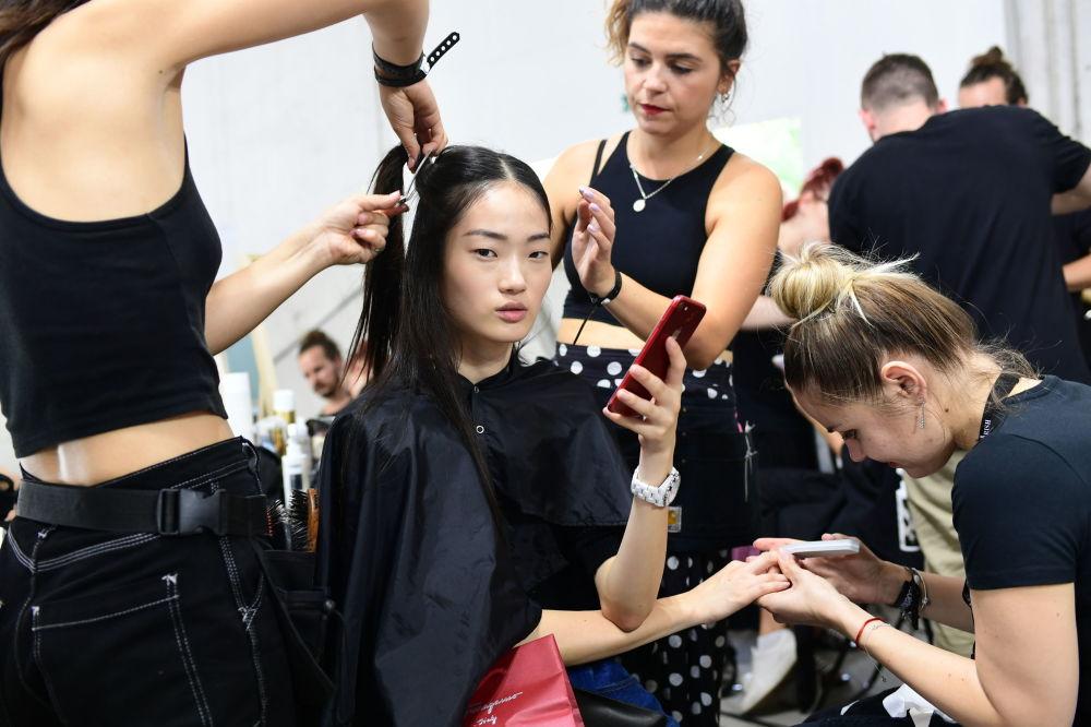 Unas modelos se preparan para desfilar con la colección de Roberto Cavalli.