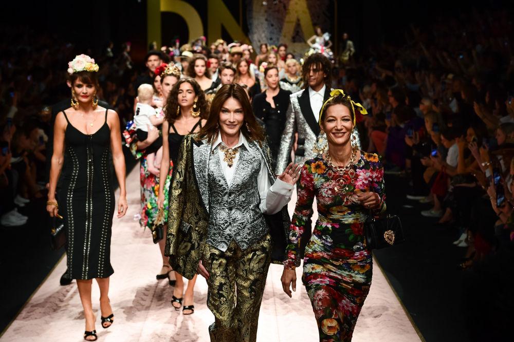 También llevarán los sombreros, las bufandas y los pañuelos a modo de complemento. En la foto, las modelos desfilan con la colección de Dolce & Gabbana durante la Semana de la Moda de Milán.
