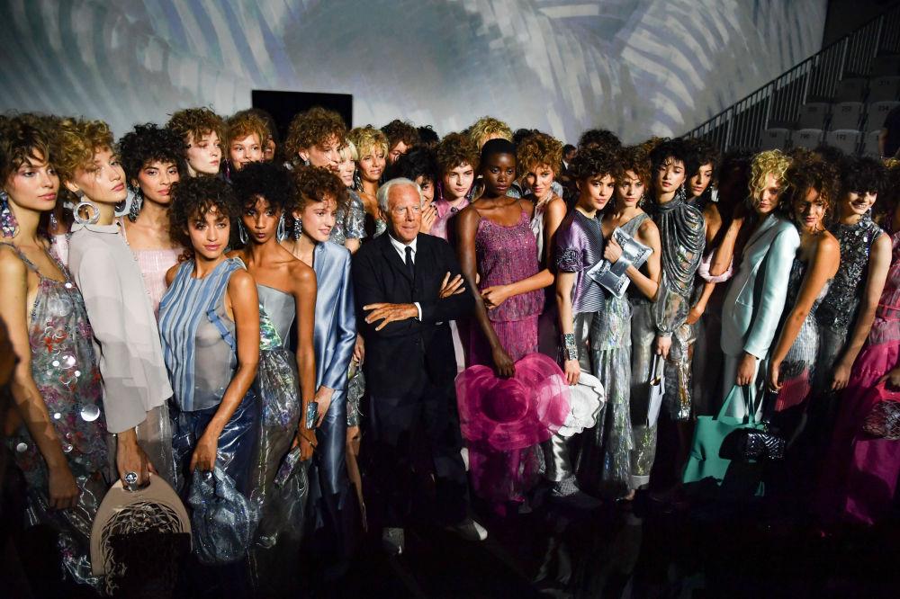 Febrero y septiembre se reservan para la moda femenina y enero y junio para la masculina. En la foto, el diseñador Giorgio Armani y sus modelos después de presentar su nueva colección de primavera-verano 2019 en la Semana de la Moda de Milán.