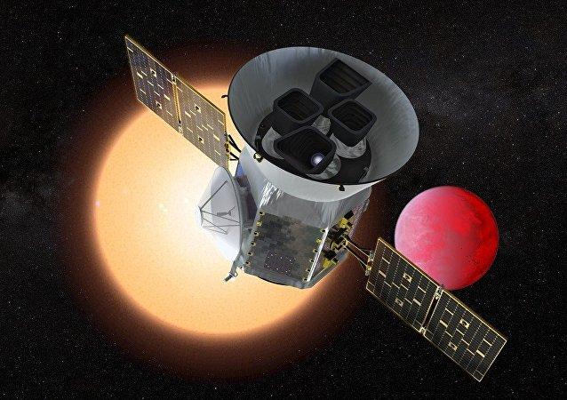 Un concepto del TESS orbitando un planeta y su estrella