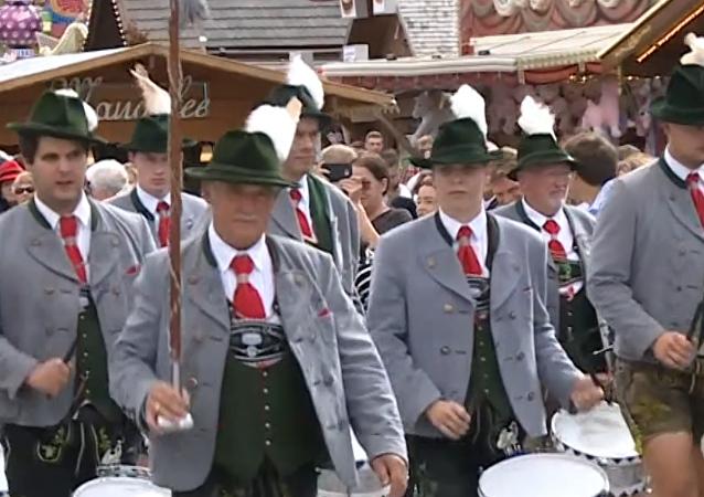 El tradicional desfile de Oktoberfest llena las calles de Múnich de música y color