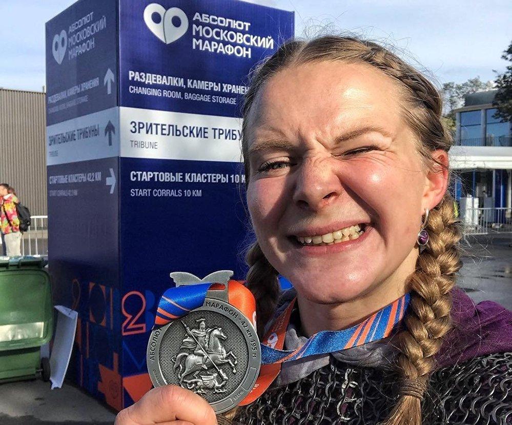 Tatiana Gúseva tras concluir el maratón de Moscú con una cota de malla medieval.