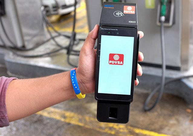 Aparato electrónico inalámbrico del nuevo sistema de pago en gasolineras de Caracas