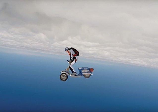 Salto en paracaídas sobre una Vespa