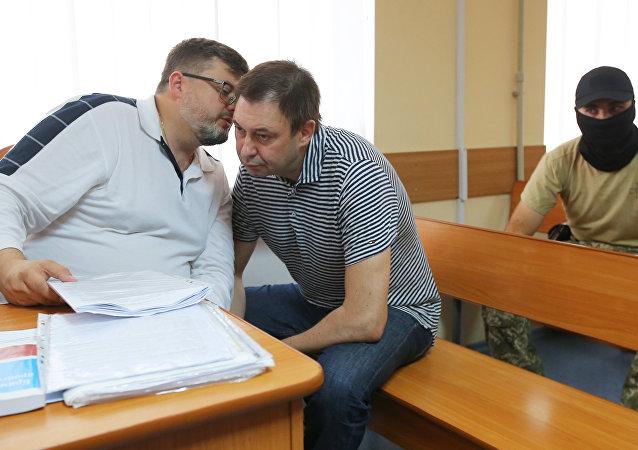 El jefe de RIA UKraina, Kiril Vishinski (derecha), con su abogado