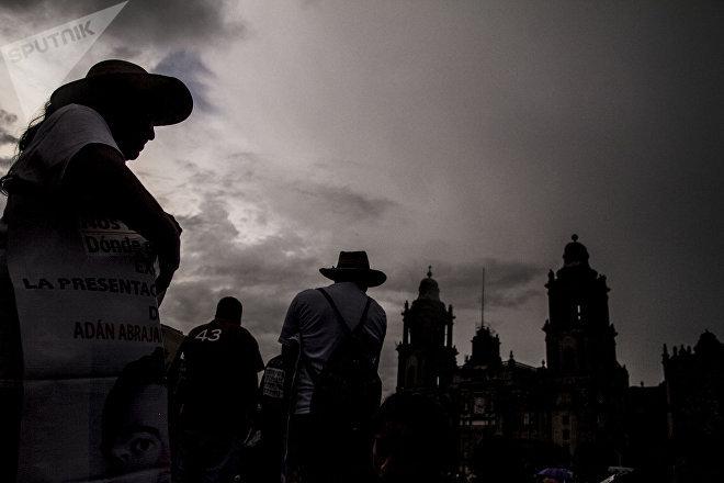 Padres de lo normalistas en el mitin para exigir justicia a cuatro años de la desaparición forzada de 43 estudiantes de Ayotzinapa