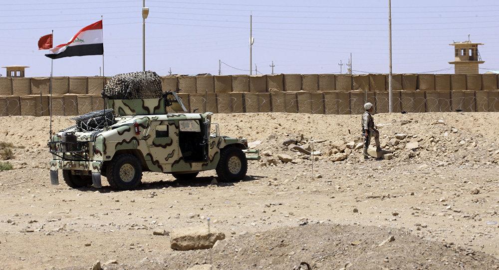 Un soldado iraquí guarda la ciudad de El Kaim cerca de la frontera con Siria