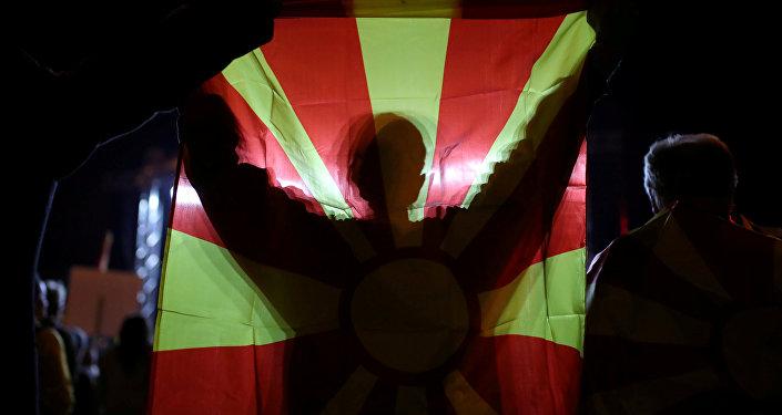 Un manifestante con la bandera de Macedonia