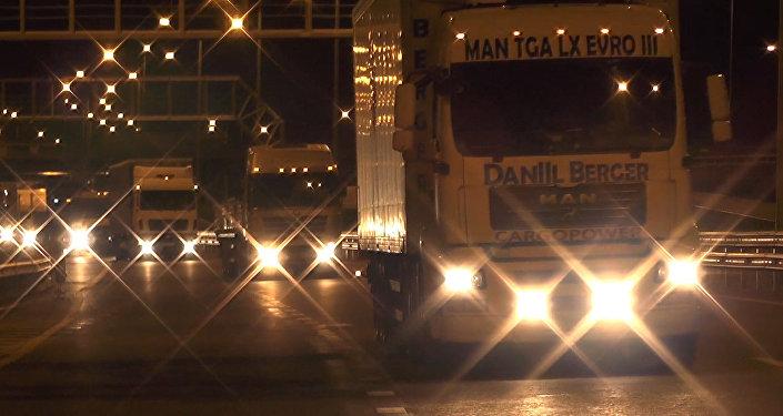 ¡Prueba de peso! Cientos de camiones de carga pasan por el puente de Crimea
